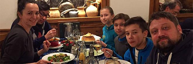 """Герман Синицын (справа) с друзьями и детьми в ресторане """"Эльшо Пешти Ритэш Хаз"""""""