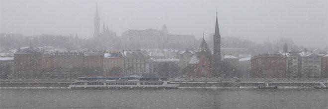 Будайский Замок в снегу и с набережной у Парламента