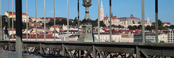 Будайский Замок сквозь конструкции Цепного моста гид по Будапешту