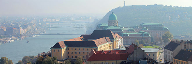 Королевский дворец с колокольни церкви Матьяша в Будайском Замке, Будапешт, Венгрия