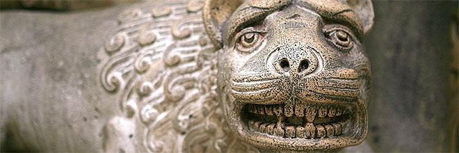 Скульптура льва у портала Якской часовни в замке Вайдахуньяд, Будапешт, Венгрия