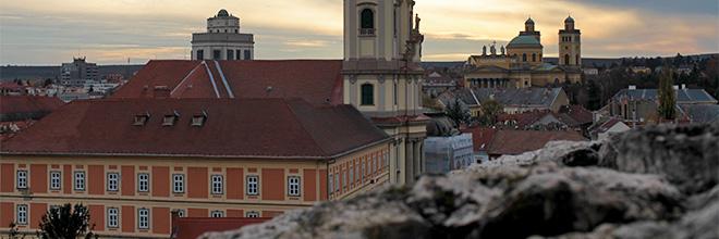 Вид на Эгер на закате с городской крепостной стены. гид по Будапешту