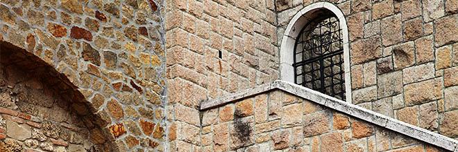 Крыльцо на двор гимназии, Паннонхалмское аббатство, Венгрия. гид по Будапешту