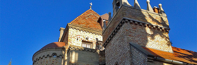 Башни и крыши замка Бори, Секешфехервар, Венгрия. гид по Будапешту