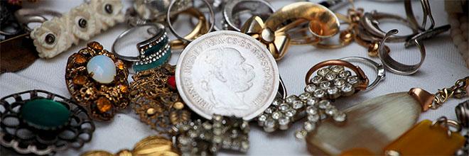 Бижутерия и монета с портретом Франца-Иосифа, блошиный рынок Эчери, Будапешт