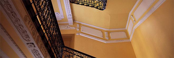 Парадная лестница доходного дома на Иштван кёрут, Будапешт, Венгрия
