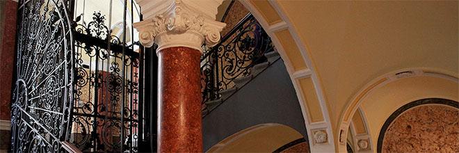 Парадная лестница доходного дома на Ясаи Мари тер, Будапешт, Венгрия