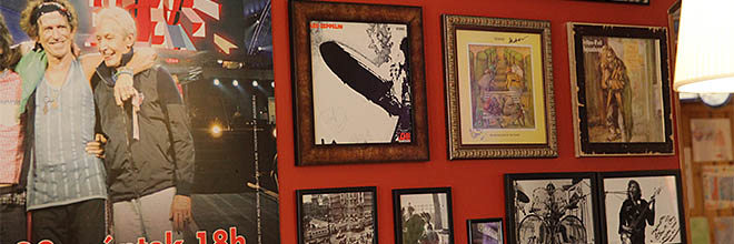 В рамах на стене - альбомы Лед Зеппелин, Джетро Талл и Дженезис с автографами авторов.