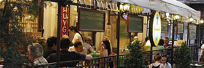 """Открытая веранда будапештского пивного ресторана """"Папаша Марк"""" не имеет вида на город и это у """"Папаши"""" единственный недостаток."""